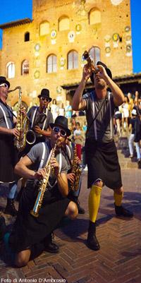 Badabimbumband Street Band, sullo sfondo il Palazzo Pretorio