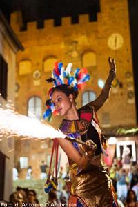 La Compagnia Del Drago Nero, in una esibizione al Festival di  Mercantia