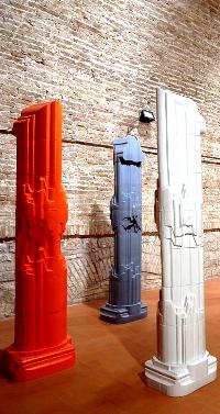 Colonne, Opera di Nino Caruso esposta a CONCRETA 2009, manifestazione di ceramica tenuta nel Palazzo Pretorio di Certaldo Alto