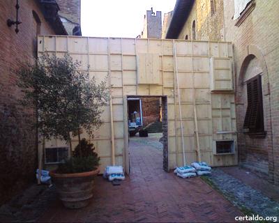 Dietro la scenografia di Amici Miei 400, in via Rivellino a Certaldo Alto