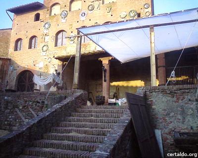 Il Palazzo Pretorio di Certaldo Alto allestito per ospitare il film Amici Miei 400