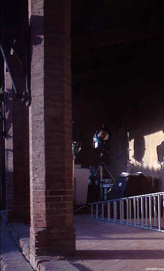Un riflettore cinematografico utilizzato per il film Amici Miei posto sotto la loggia del Palazzo Pretorio