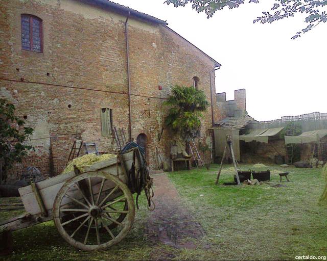 Il cortile interno del Palazzo Pretorio adibito a set cinematografico per Amici Miei 400, con calesse, fineno e tini
